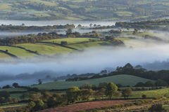 O vale enevoado no Brecon ocidental ilumina o parque nacional, Gales, fotos de stock