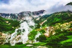 O vale legendário dos geysers no verão Kamchatka, Rússia foto de stock royalty free
