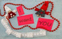 O Valentim, o cartão com pares de confecção de malhas no amor e o vermelho sejam Imagem de Stock Royalty Free