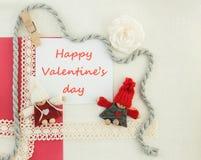 O Valentim, o cartão com pares de confecção de malhas no amor e o vermelho sejam Fotografia de Stock