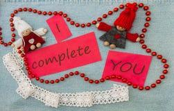 O Valentim, o cartão com pares de confecção de malhas no amor e o vermelho sejam Fotos de Stock Royalty Free