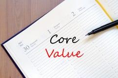 O valor do núcleo escreve no caderno fotos de stock