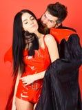 O vampiro morde o pescoço fêmea Pares no jogo do papel do jogo do amor Conceito da vítima dos vampiros Homem e mulher vestidos co imagens de stock