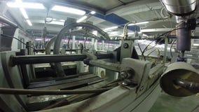 O vapor quente escapa da máquina industrial na fábrica filme