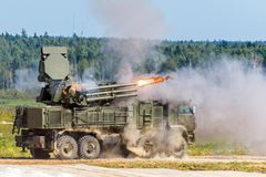 O veículo blindado de transporte de pessoal do tiro, a máquina de combate é o salão da volta O fogo que emana do tambor fotografia de stock