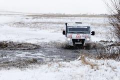 O veículo da reunião 4WD impulsiona a água e o obstáculo congelado Fotografia de Stock Royalty Free