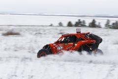 O veículo de 4WD ATV apressa-se na estrada coberto de neve imagem de stock royalty free
