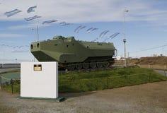 O veículo militar blindado nos soldados caídos do monumento de Malvinas ou Malvinas guerreiam em Rio Grande, Argentina Foto de Stock