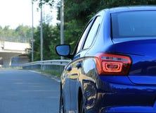 O veículo pronto à condução na estrada cercou trilhos da estrada Fotografia de Stock Royalty Free