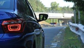 O veículo pronto à condução na estrada cercou trilhos da estrada Imagens de Stock Royalty Free