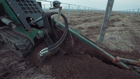 O veículo que escava a terra video estoque