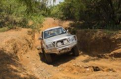 O veículo Toyota Hilux do quatro rodas motrizes é fazer fora de estrada Fotos de Stock Royalty Free