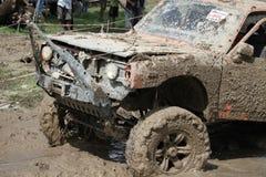 o veículo 4x4Offroad 4wd automobilístico é conduzir subida fora da água e Imagens de Stock