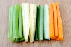 O vegetal cru cola, aipo do milho do pepino da cenoura Fotografia de Stock Royalty Free
