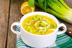O vegetal do alimento da dieta saudável triturou batatas com aipo Imagens de Stock Royalty Free