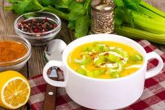 O vegetal do alimento da dieta saudável triturou batatas com aipo Fotos de Stock