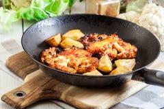 O vegetariano roasted o bife da couve-flor com as batatas fritadas herbsand Imagens de Stock Royalty Free