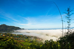 O veiw da vila na névoa do mar fotografia de stock