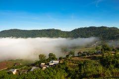 O veiw da vila na névoa do mar Imagem de Stock