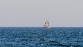O veleiro com touristen dentro longe em um mar Mediterr?neo, perto da cidade Palamos em Costa Brava vídeos de arquivo