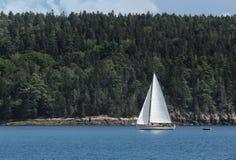 O veleiro move-se após Maine Coastline fotografia de stock royalty free