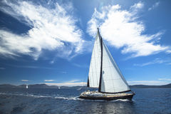 O veleiro participa na regata da navigação Fileiras de iate luxuosos na doca do porto férias conceito do curso Foto de Stock