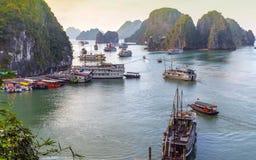 O veleiro vietnamiano descobre destinos superiores da baía de Halong imagens de stock royalty free