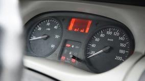O velocímetro do carro que gira sobre fecha-se acima filme