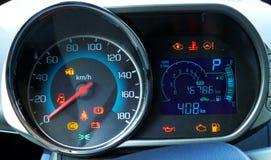 O velocímetro e o tacômetro com os instrumentos adicionais no carro precipitam Fotografia de Stock