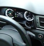 O velocímetro refletiu na superfície lustrosa do telefone celular no painel do carro imagens de stock royalty free