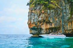 O velocidade-barco no penhasco de Phi Phi Leh Island, Krabi, Tailândia foto de stock royalty free