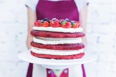 O veludo vermelho com bagas frescas, ` s do bolo de Whoopie das mulheres entrega guardar Fotografia de Stock Royalty Free