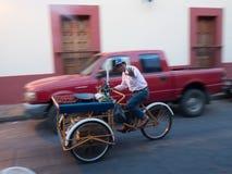 O vendedor ambulante em uma bicicleta vende frutos fotos de stock royalty free