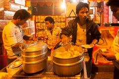 O vendedor ambulante indiano faz o fast food na noite Imagens de Stock