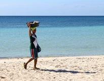 O vendedor ambulante na praia fotografia de stock royalty free