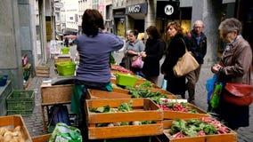 O vendedor ambulante vende frutas e legumes video estoque