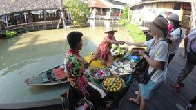 O vendedor asiático no bote com frutas e legumes vende os bens Mercado de flutuação de Pattaya vídeos de arquivo