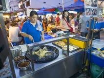 O vendedor de alimento da rua que faz a agitação fritou o alimento na rua de Jonker no miliampère Foto de Stock Royalty Free