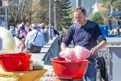 O vendedor de floss de Andy do ¡ de Ð prepara-o na rua e nas vendas imagem de stock