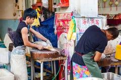 O vendedor de peixe limpa peixes frescos Imagem de Stock Royalty Free
