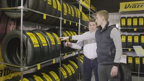 O vendedor diz o cliente sobre pneus qualitativos de Viatti filme