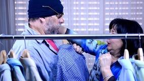 O vendedor maduro fêmea enfrenta um homem desabrigado em um armazém e retrocede-o para fora filme