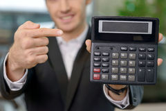 O vendedor masculino está mostrando o negócio do preço Imagens de Stock Royalty Free