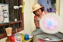 O vendedor não identificado prepara o algodão dos doces Imagem de Stock