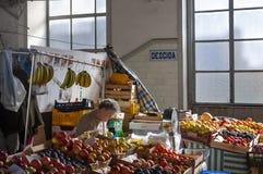O vendedor no mercado tradicional Mercado de Bulhao faz Bolhao na cidade de Porto Imagens de Stock