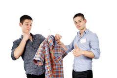 O vendedor recomenda o comprador fotografia de stock