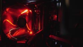 O ventilador de refrigeração do computador é girado sobre, a luz vermelha filme