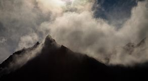 O vento empurra as nuvens nas cimeiras video estoque