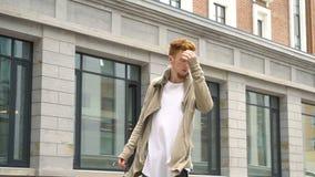 O vento funde a roupa de um homem à moda considerável filme