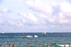 O verão é um mar do azul fotografia de stock